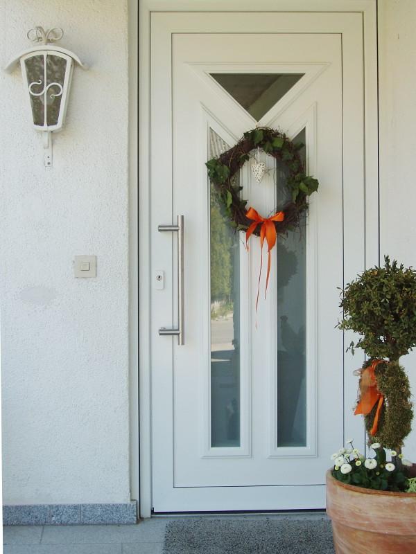 perfecta Tür mit Kranz